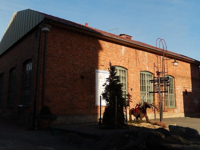 トナカイのオブジェと建物
