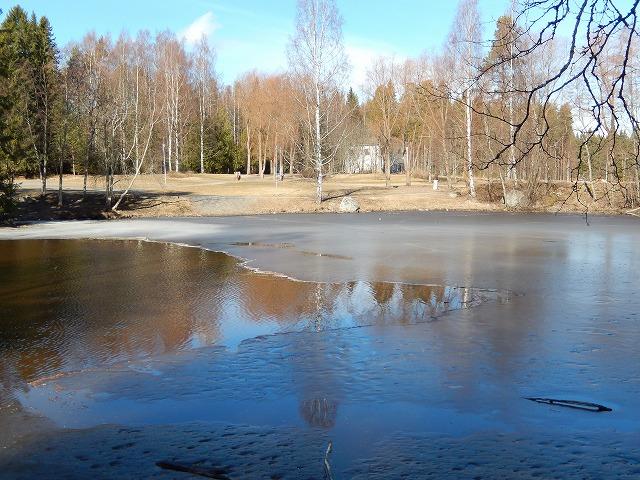 氷が一部残る湖