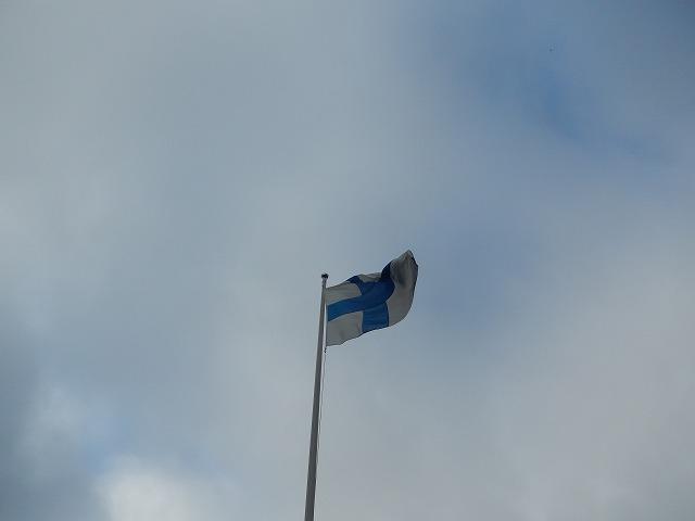 風にはためく国旗
