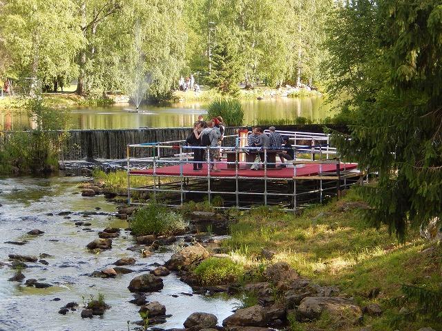 川の上の休憩所