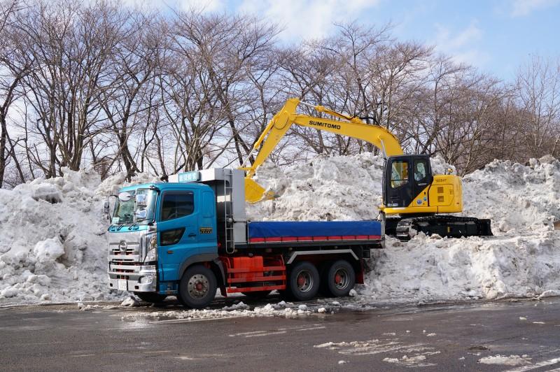 開成山公園駐車場(総合体育館向かい側)に仮置きされた雪