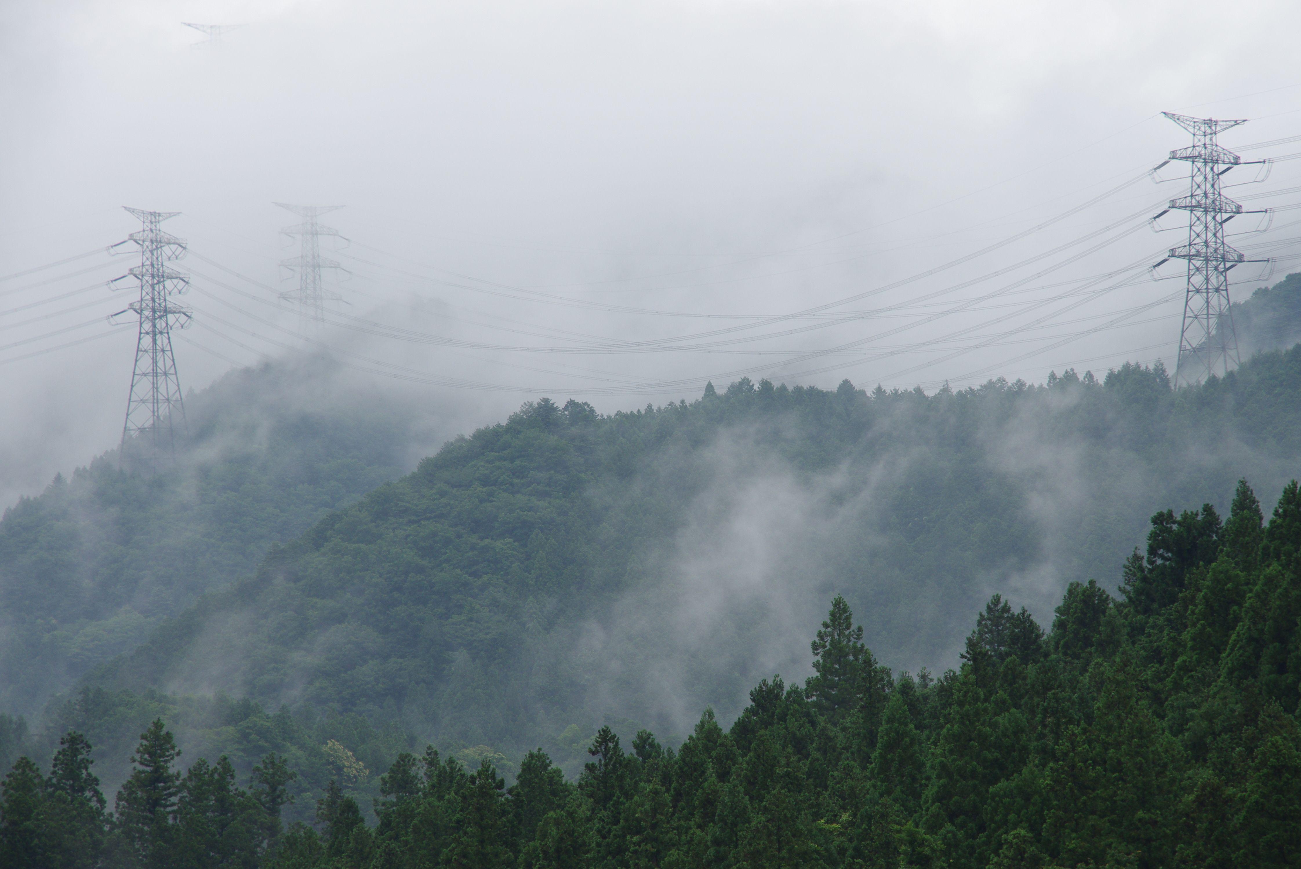 霧中の鉄塔