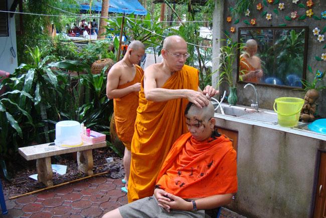 僧侶による剃髪。