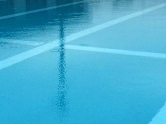 梅雨のプール