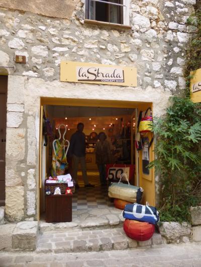 夏の終わりの南仏 Tourrettes sur Loup Noura のお店 La Strada