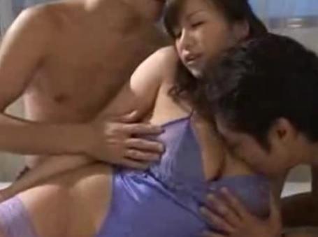 夢野まりあ 動画 二本のチンポを咥えるいやらしい巨乳熟女の3P乱交動画