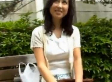 奥村瞳 38歳 本物人妻が緊張のAVデビューで最初から感じまくりの初撮りSEX