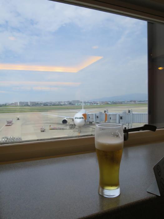 伊丹空港 サクララウンジ ビール お昼