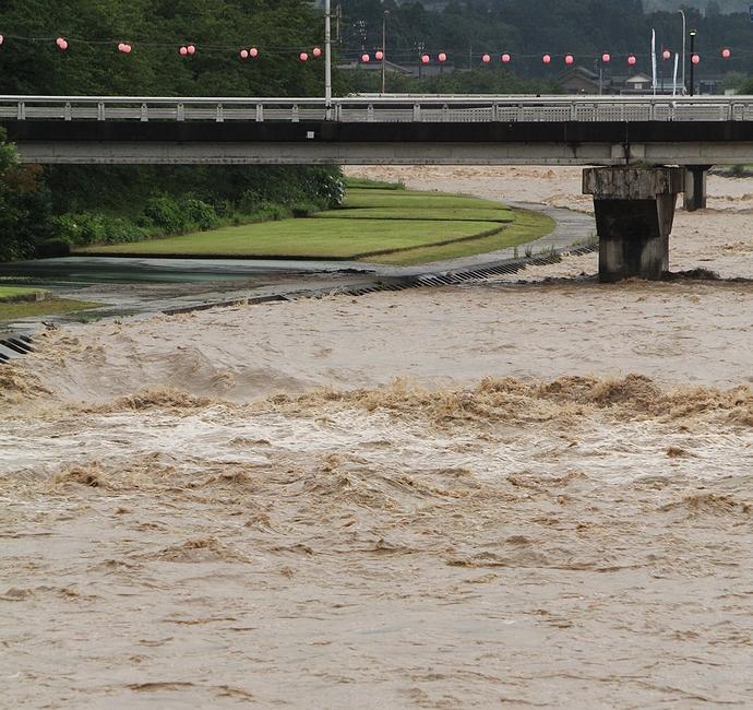 大雨で警戒水位に達した小矢部川