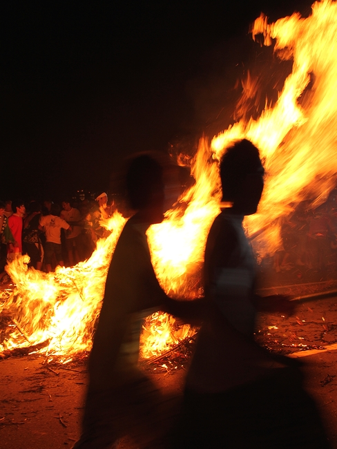 輪島大祭 倒れた松明と走る男たち