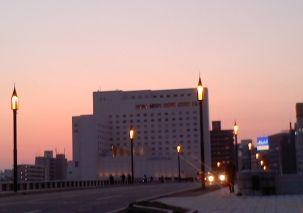 春の夕暮れの萬代橋
