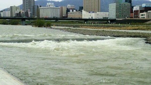 増水した豊平川