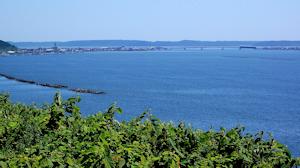 厚岸湾。橋の向こうは厚岸湖