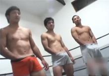 ゲイ動画:イケメン友達3人ノンケのパンツで勃起大会 !!