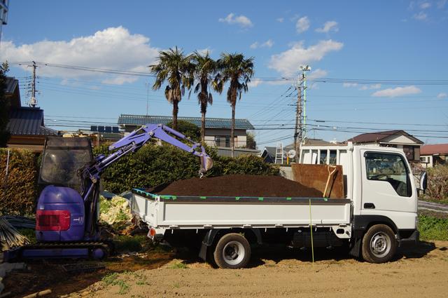 ロータリー農場に、堆肥を降ろす