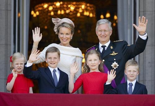 Belgium-royalfamily-balcony.jpg