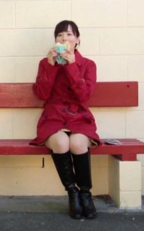 皆藤愛子 ミニスカのデルタゾーンを正面から撮られてるキャプ画像(エロ・アイコラ画像)