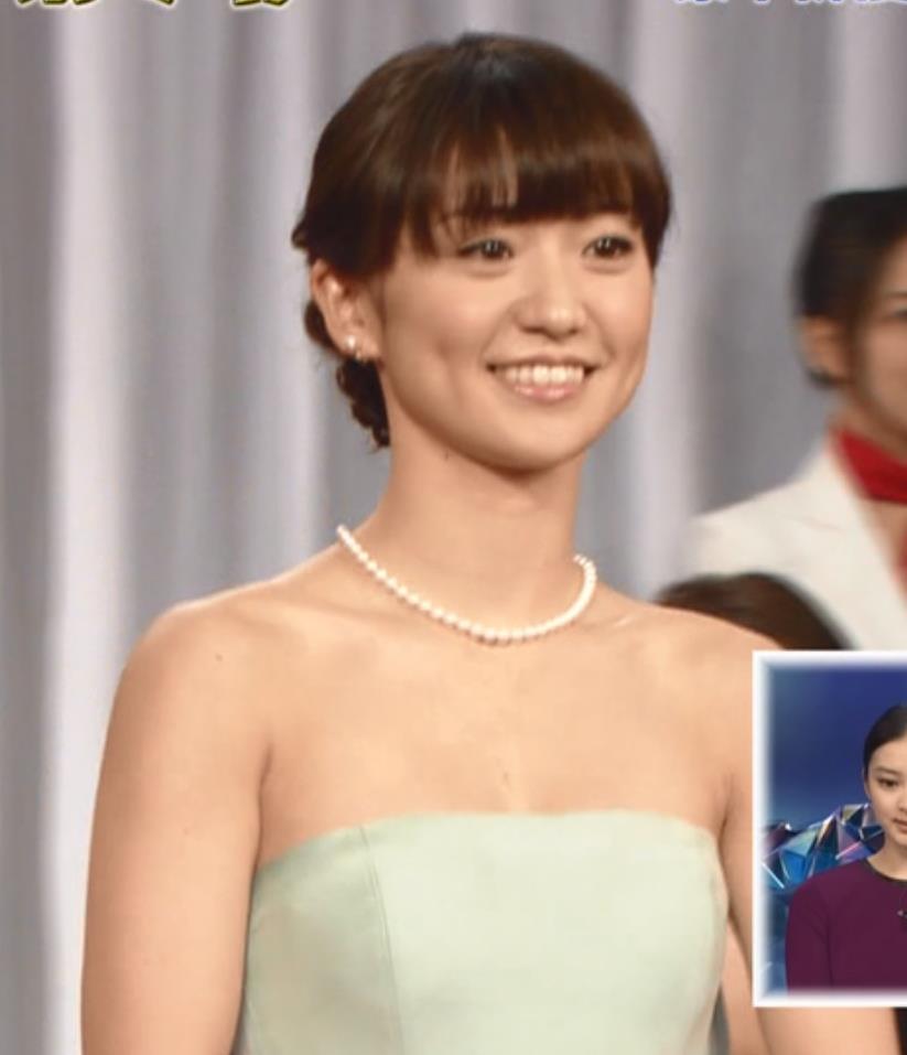 大島優子 チューブトップのドレスキャプ画像(エロ・アイコラ画像)