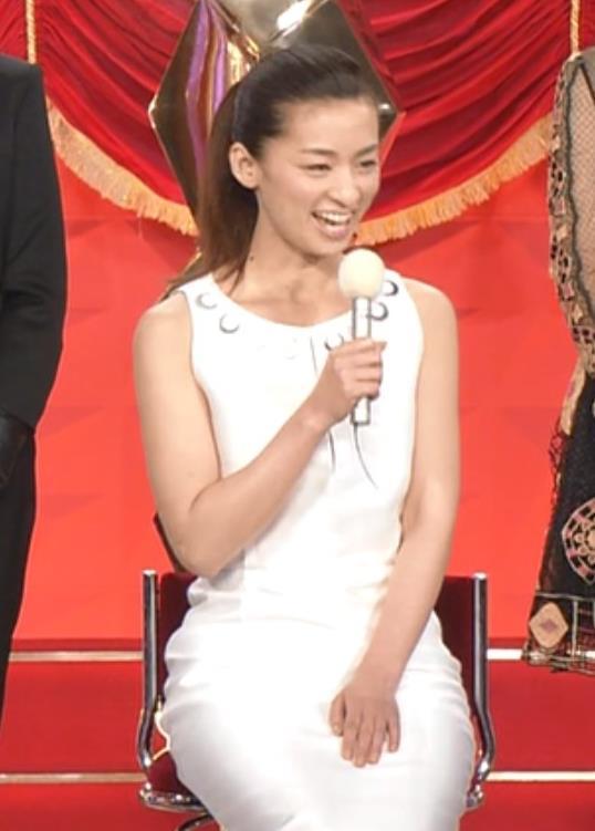 尾野真千子 セクシードレスキャプ・エロ画像2