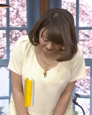 枡田絵理奈 前かがみ乳寄せキャプ画像(エロ・アイコラ画像)