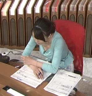 大島由香里 前かがみ胸ちら (20140429)キャプ画像(エロ・アイコラ画像)