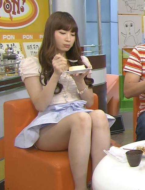 小嶋陽菜 ミニスカ美脚キャプ画像(エロ・アイコラ画像)