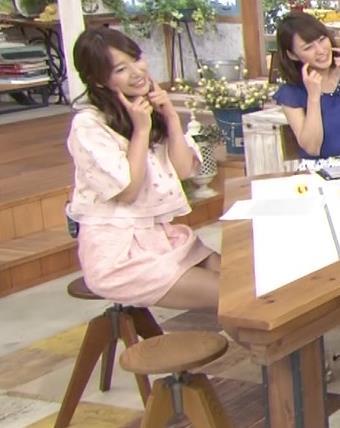 吉田明世 ミニスカで座って太ももが見えすぎ!エロ過ぎ!キャプ画像(エロ・アイコラ画像)