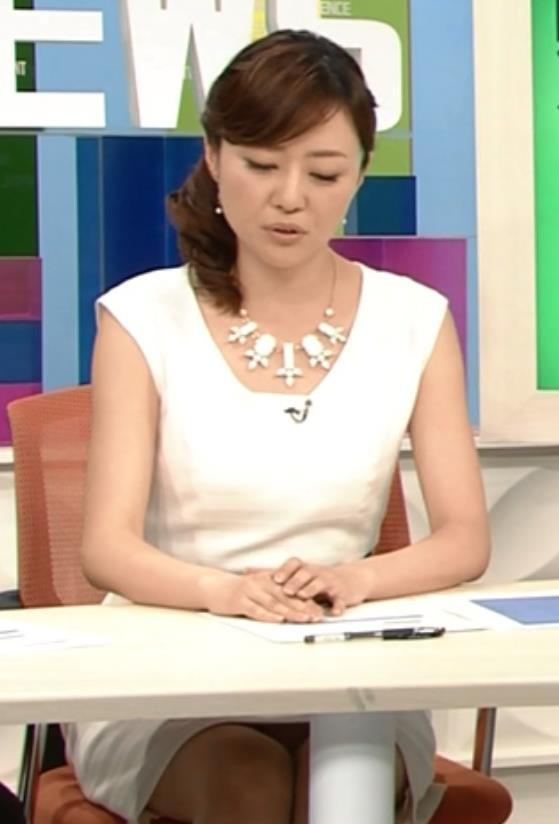 吉竹史 白いミニスカワンピの机の下のデルタゾーンキャプ画像(エロ・アイコラ画像)