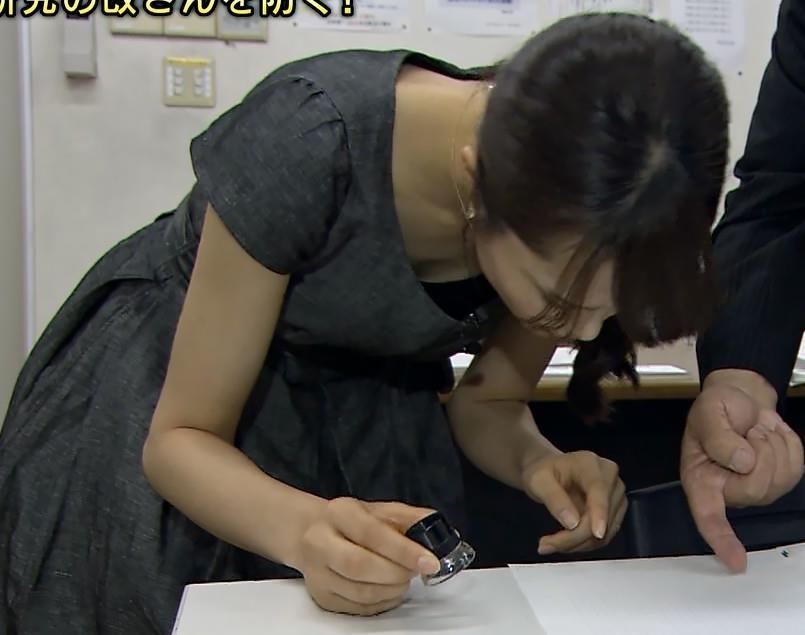 大澤亜季子 前かがみ胸ちら (ワールドビジネスサテライト 20140711)