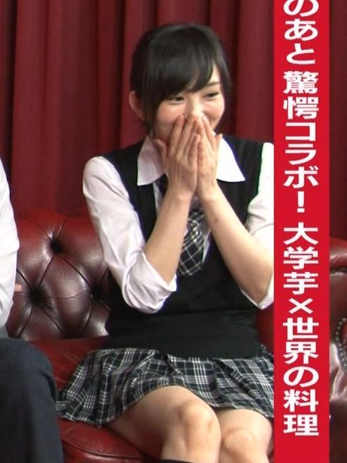山本彩 ミニスカ太もも (チェックのミニスカート)キャプ画像(エロ・アイコラ画像)