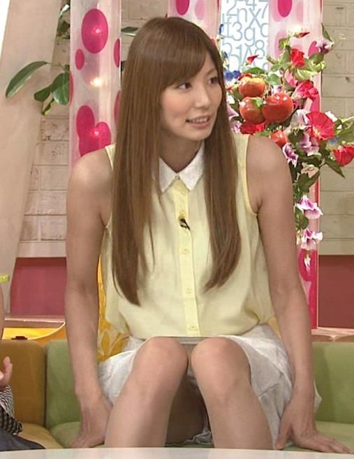 青木愛 ミニスカで足を開いているキャプ画像(エロ・アイコラ画像)