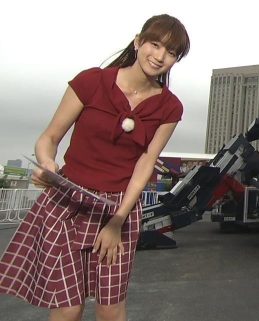 小野彩香 スカートが風にあおられて体のラインがわかるキャプ画像(エロ・アイコラ画像)