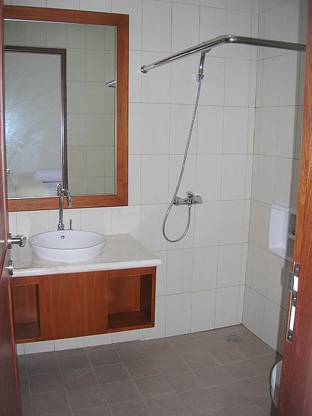 room5_bath2.jpg